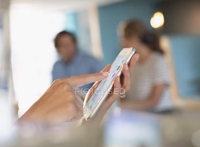 Крупним планом бізнес-леді зворушливо, використовуючи смарт-телефон — стокове фото