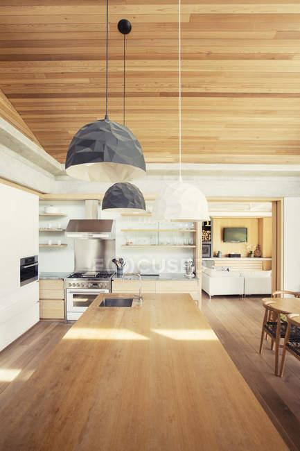 Сучасні кулон вогні всій давно деревини кухні острова — стокове фото