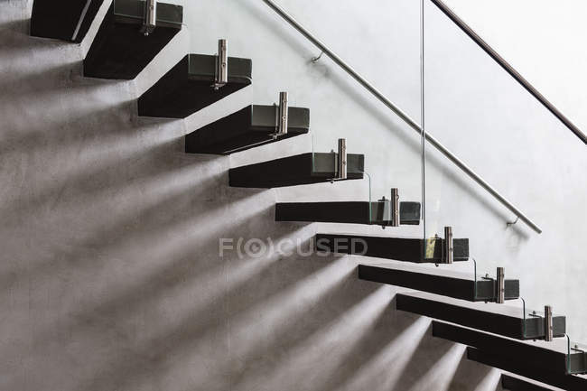 Modern, minimalist floating staircase in home showcase interior — Stock Photo