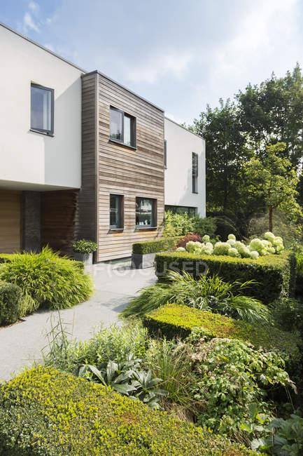 Casa moderna e giardino paesaggistico — Foto stock