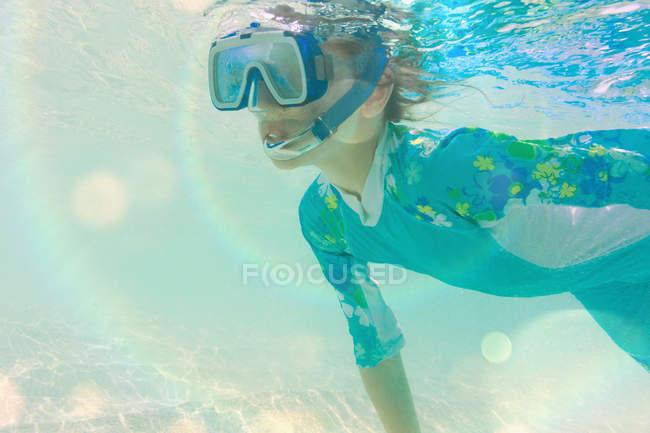 Garçon plongée avec tuba sous l'eau pendant la journée — Photo de stock