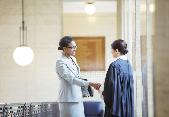 Juge et avocat serrant la main au palais de justice — Photo de stock