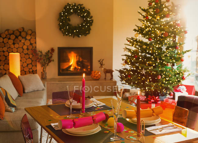 Ambient dining table, fireplace and Christmas tree in living room — Stock Photo
