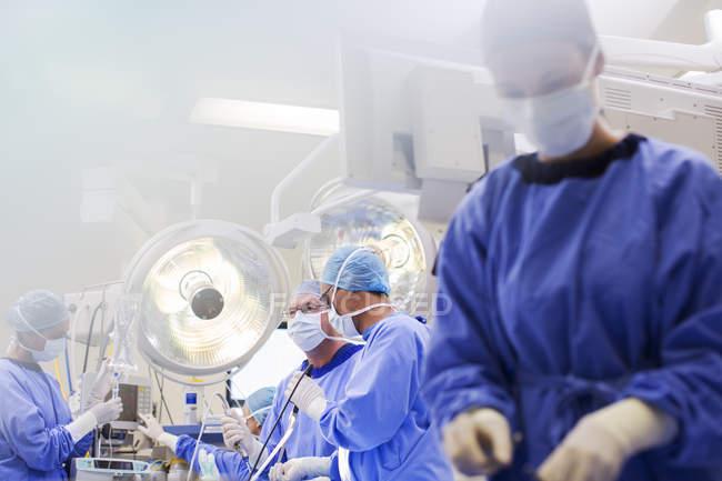 Junge Krankenschwester bereitet medizinisches Gerät während der Operation vor — Stockfoto