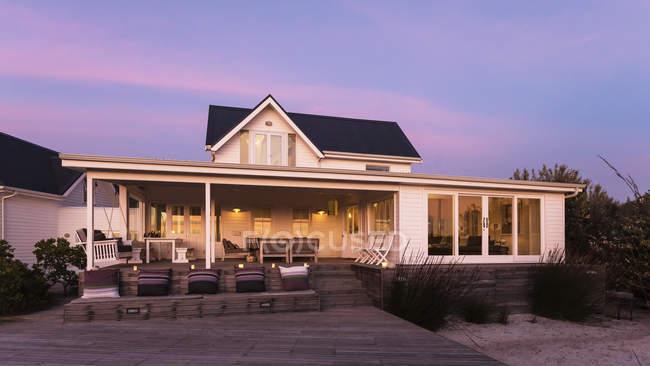 Екстер'єр спокійна білого будинку Вітрина в сутінках — стокове фото