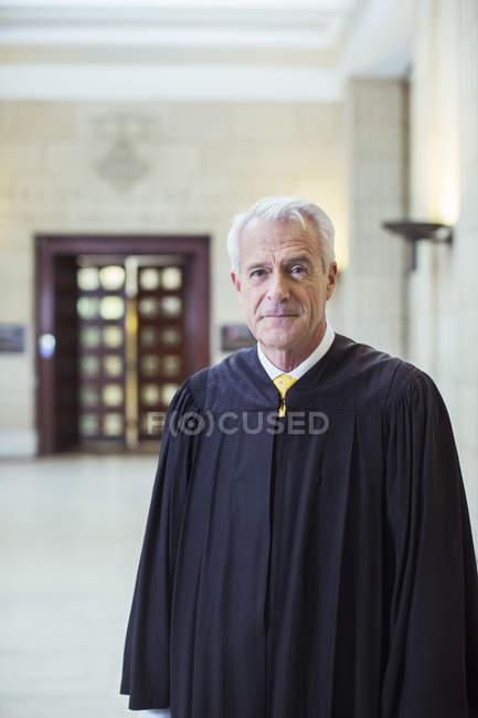 Juez sonriendo en el Palacio de justicia - foto de stock