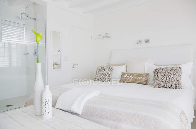 Bedroom of luxury modern house — Stock Photo