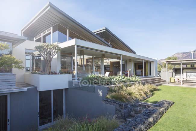 Maison moderne de luxe pendant la journée — Photo de stock