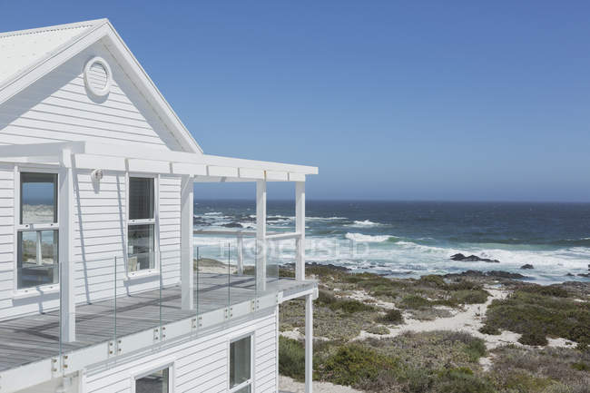 Luxury modern house  during daytime — Stock Photo
