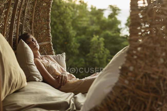 Портрет безтурботний жінка в гніздо дерево будинок — стокове фото