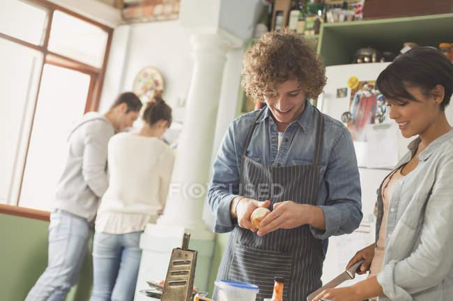 Giovani coppie coinquilini cucina nella cucina — Foto stock
