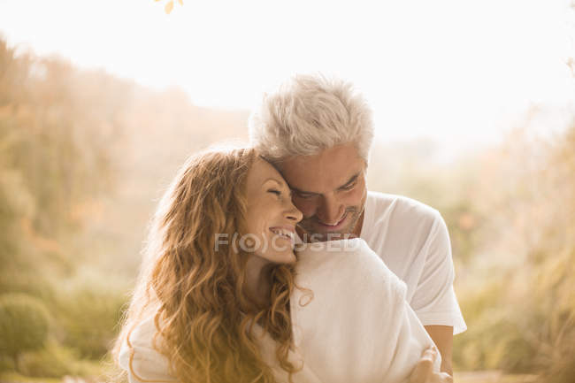 Caresses couple affectueux et souriant — Photo de stock