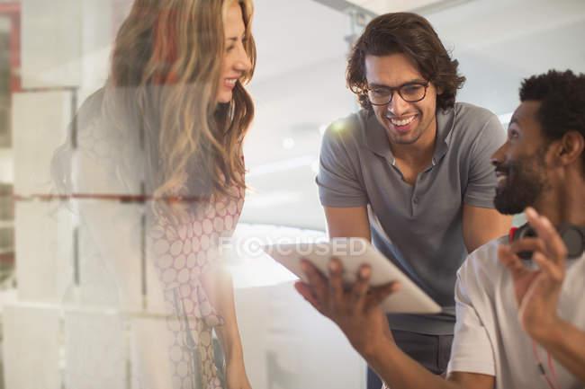 Sonriendo gente de negocios creativa planificación, utilizando tableta digital en la reunión - foto de stock