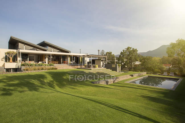 Piscina, quintal e casa de luxo — Fotografia de Stock