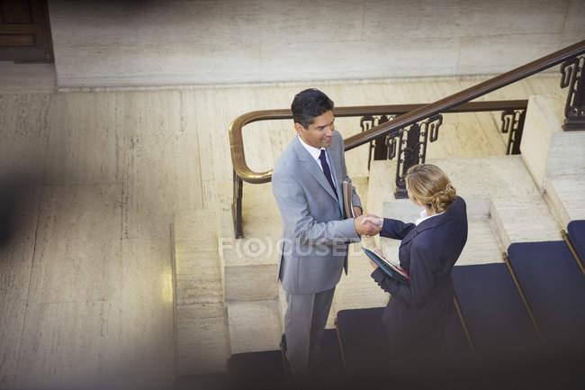 Юристи, потискує руку в будівлі суду — стокове фото