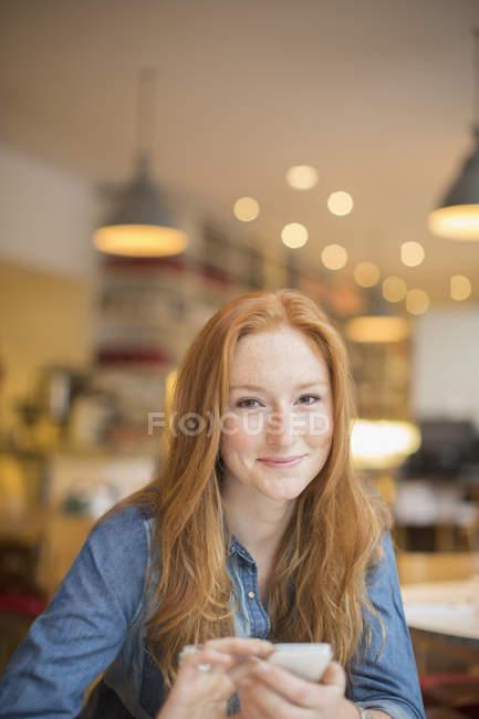 Frau mit Handy im café — Stockfoto