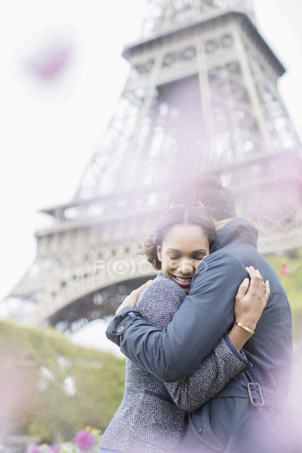 Couple hugging in front of Eiffel Tower, Paris, France — Stock Photo
