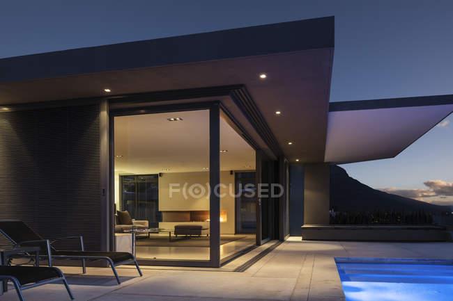 Beleuchtete moderne Wohnvitrine Exterieur bei Nacht — Stockfoto