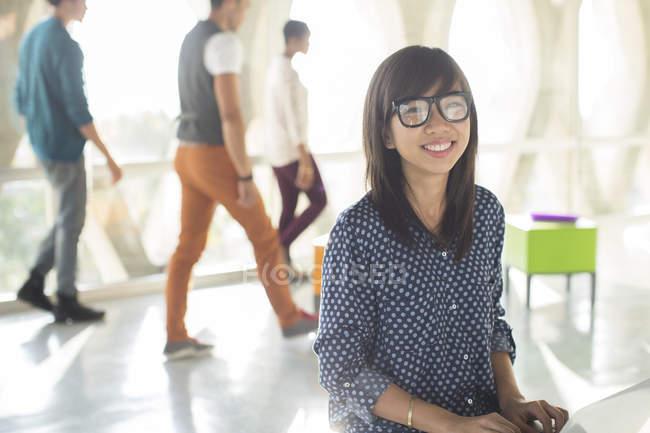 Портрет уверенной деловой женщины в солнечном офисе — стоковое фото