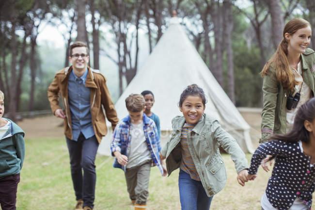 Lehrer und Schüler spazieren im Wald — Stockfoto