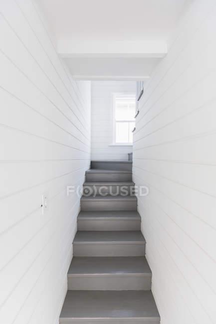 Escadas cinza entre paredes quadro branco — Fotografia de Stock