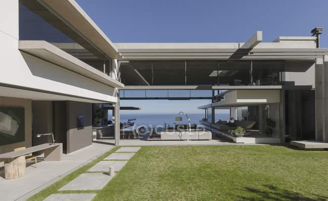 Sunny moderno, casa de luxo vitrine pátio exterior e casa — Fotografia de Stock