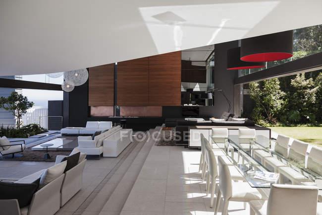 Їдальня та вітальня в сучасний будинок — стокове фото