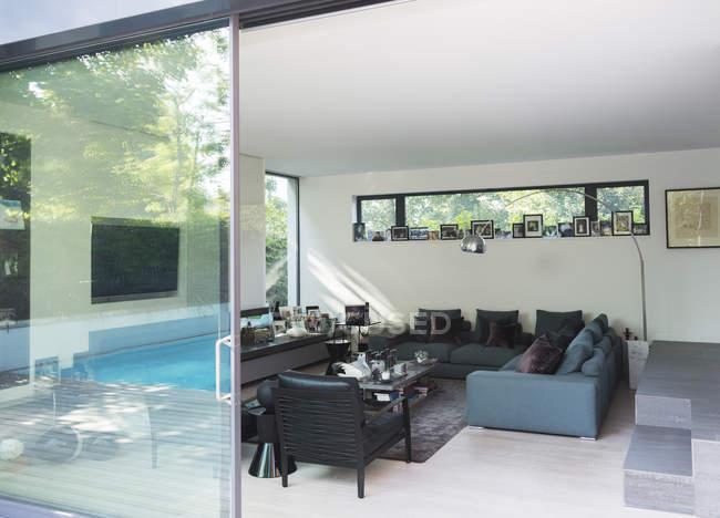 Sofas und Sessel im modernen Wohnzimmer — im freien, Möbel ...