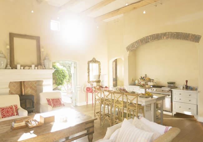 Soleil qui brille à travers les fenêtres de la salle de séjour — Photo de stock