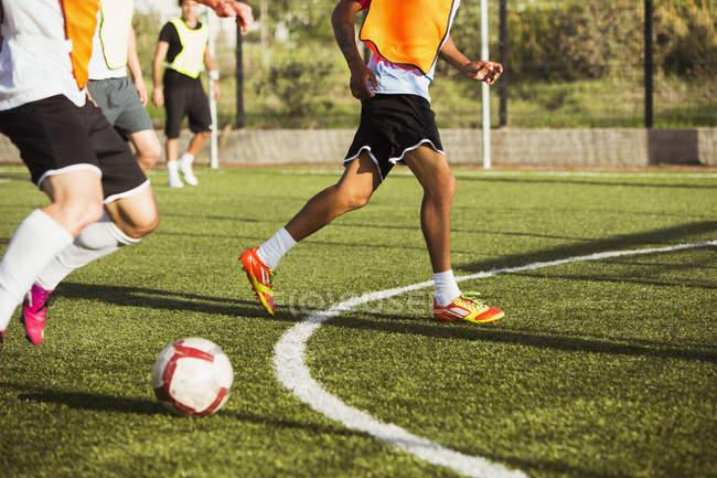 Обтинання футболістів підготовки на полі — стокове фото