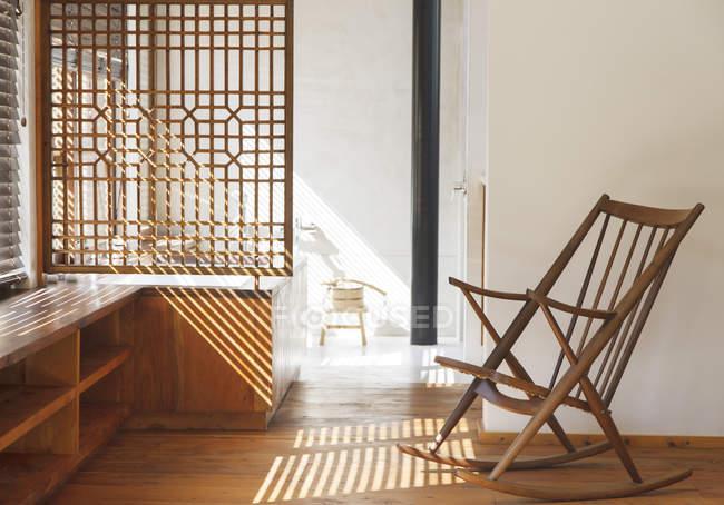 Cortinas, lançando sombras no quarto moderno — Fotografia de Stock