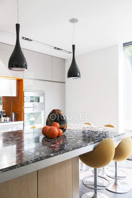 Світильники і вази сучасної кухні — стокове фото