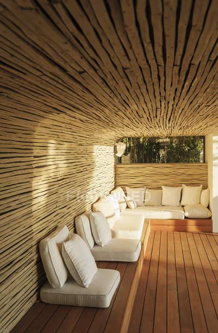 Подушки на Сонячний дерев'яному дворику — стокове фото
