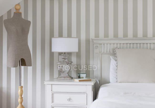 Modelo de costureiras e a cama no quarto feminino — Fotografia de Stock