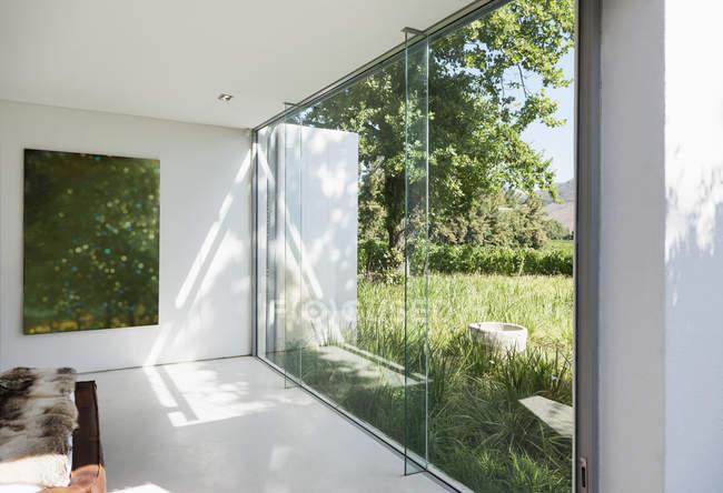 Modernes Haus mit Glaswänden mit Blick auf Rasen — Stockfoto