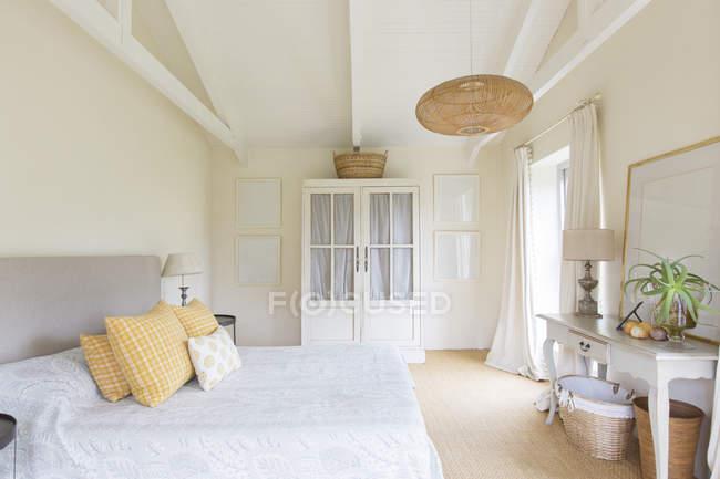 Cama y armario en el dormitorio de la casa - foto de stock