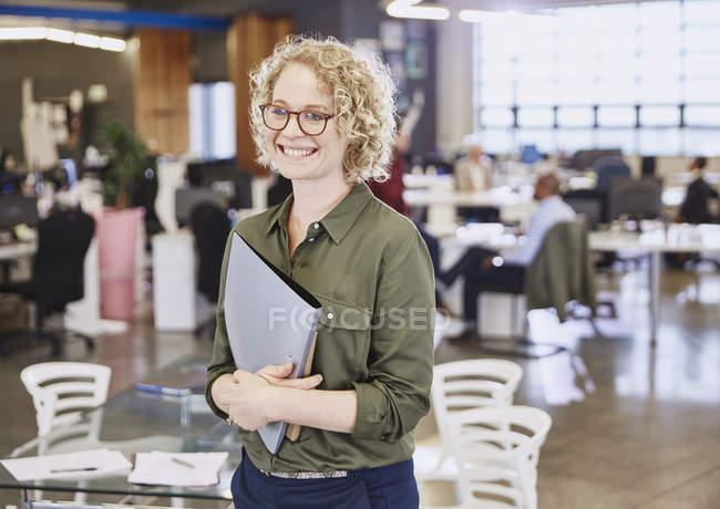 Sorridente donna d'affari caucasica in ufficio moderno — Foto stock