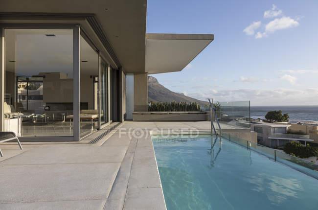 Бассейн на открытом воздухе роскошный дом витрины — стоковое фото