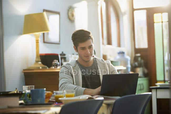 Joven estudiante de Universidad en laptop - foto de stock
