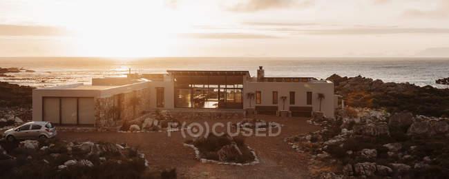 Vista ad alto angolo della casa di lusso con vista sull'oceano al tramonto — Foto stock
