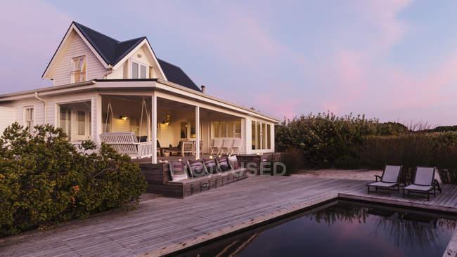 White Home Vitrine außen Strandhaus in der Dämmerung — Stockfoto