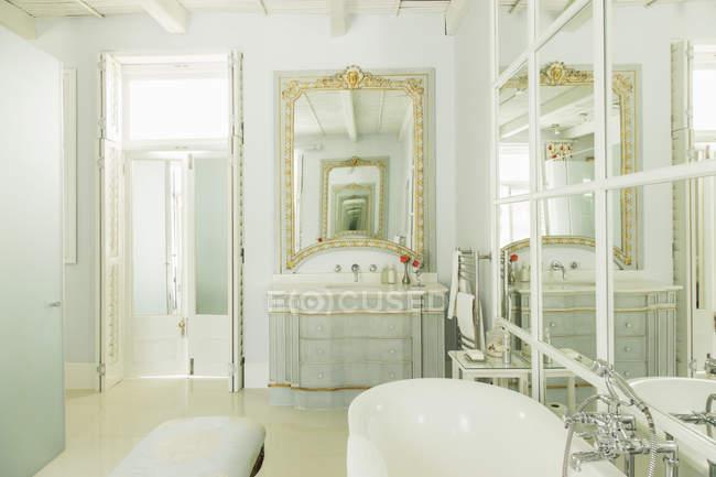 Sala Da Bagno Lusso : Vista all interno della stanza da bagno di lusso u foto stock