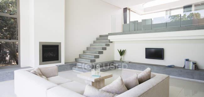 Современная гостиная с балконом — стоковое фото