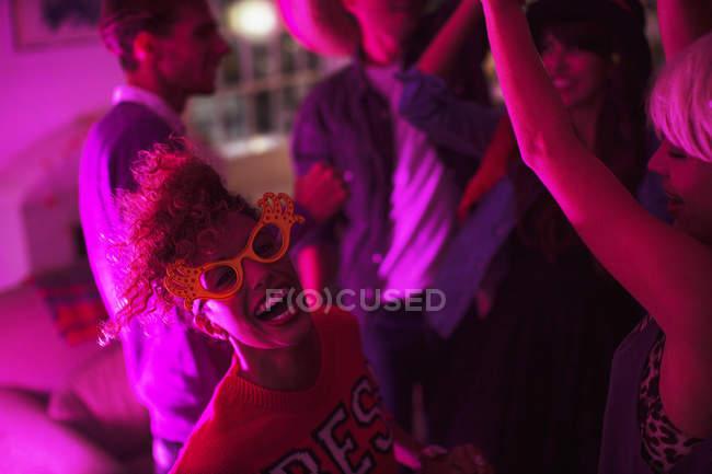 Freunde, die zusammen auf Party tanzen lachen — Stockfoto