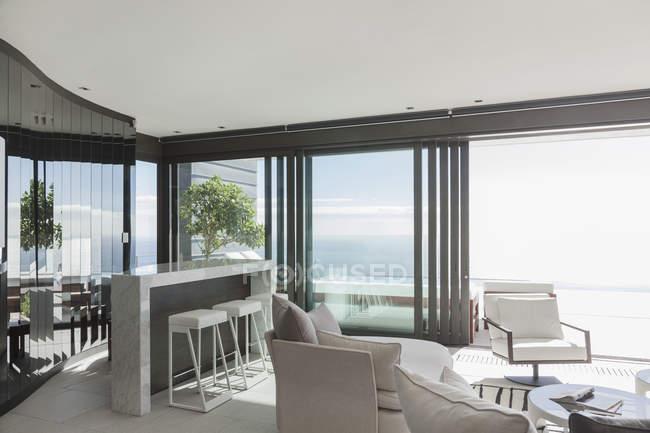 Sala de estar em casa moderna durante o dia — Fotografia de Stock