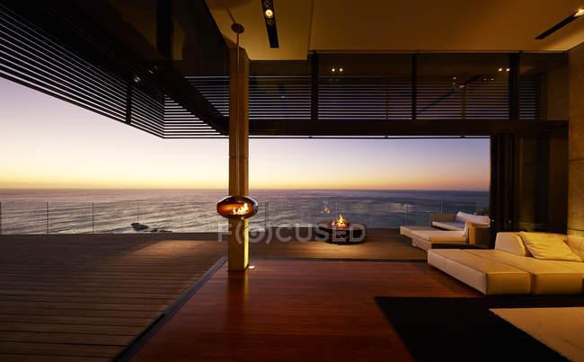 Тераса на світанку в розкішний сучасний будинок — стокове фото