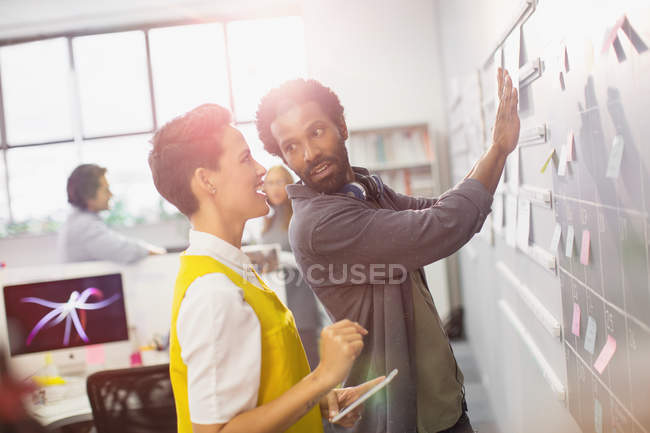 Kreative Geschäftsleute Planung, Terminierung an der Tafel Kalender — Stockfoto