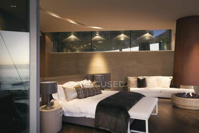 Beleuchtete Luxus nach Hause Schaufenster innen Schlafzimmer — Stockfoto