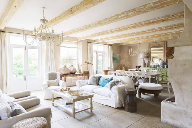Sala da pranzo e zona living di casa rustica — Foto stock