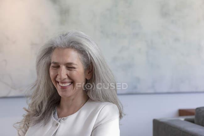 Donna matura che ride con gli occhi chiusi — Foto stock